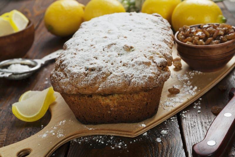 Torta del limón con el polvo del azúcar fotos de archivo