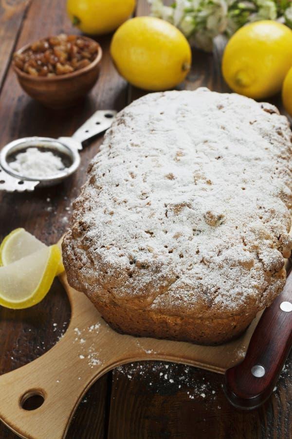 Torta del limón con el polvo del azúcar imágenes de archivo libres de regalías