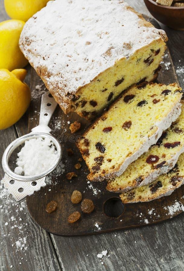 Torta del limón con la pasa fotos de archivo libres de regalías