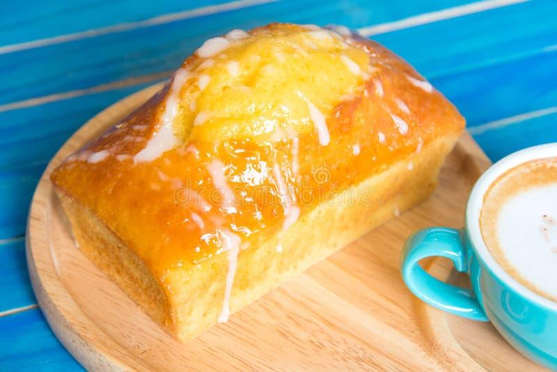 Torta del limón con recientemente encendido cocido y fresco café T de madera azul fotografía de archivo