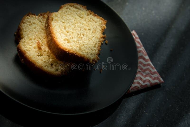 Torta del limón servida en una placa negra fotos de archivo libres de regalías