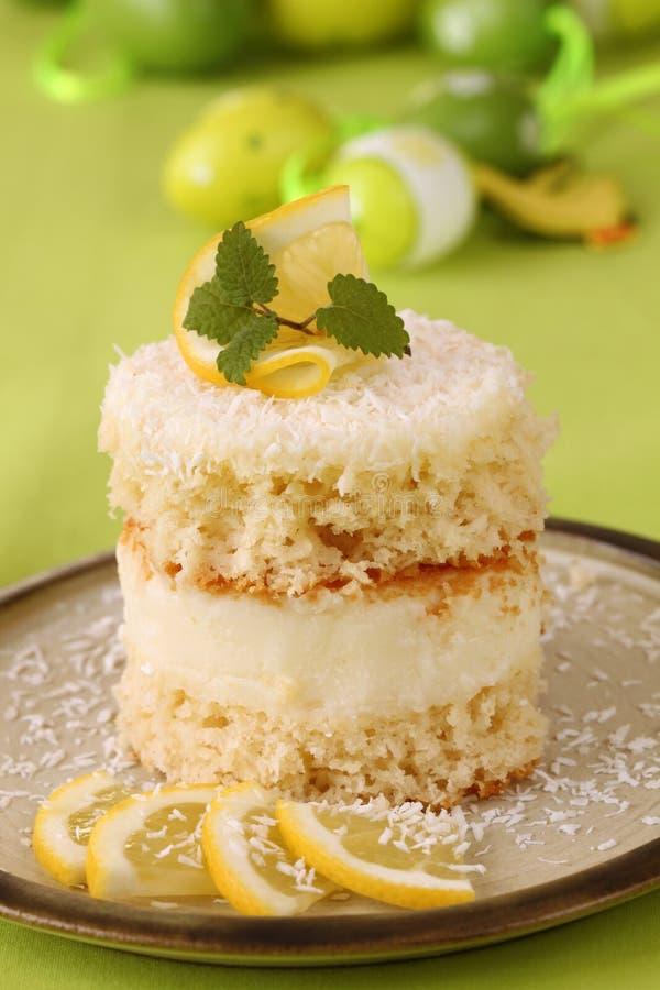 Torta del limone e della noce di cocco con le uova di Pasqua immagine stock libera da diritti
