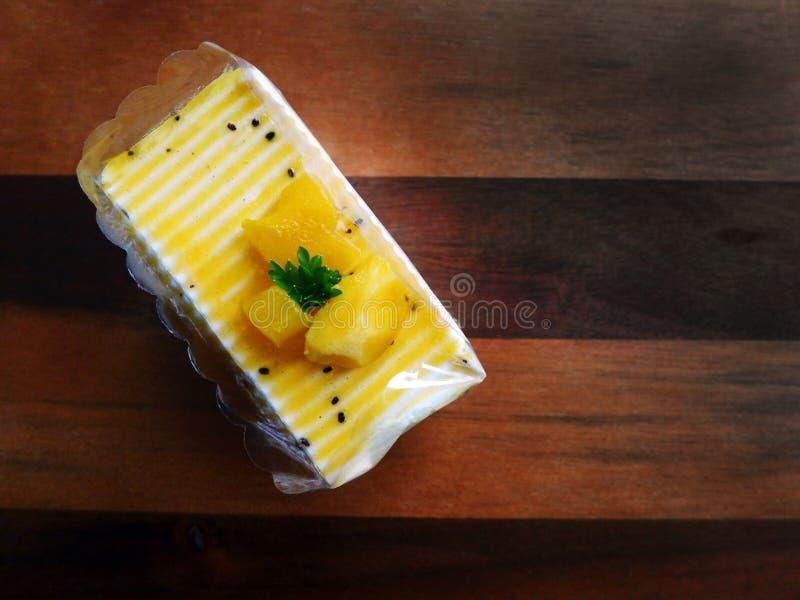 Torta del mango y de la fruta de la pasión imagenes de archivo