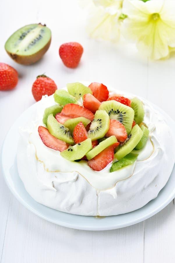 Torta del merengue de Pavlova imagen de archivo