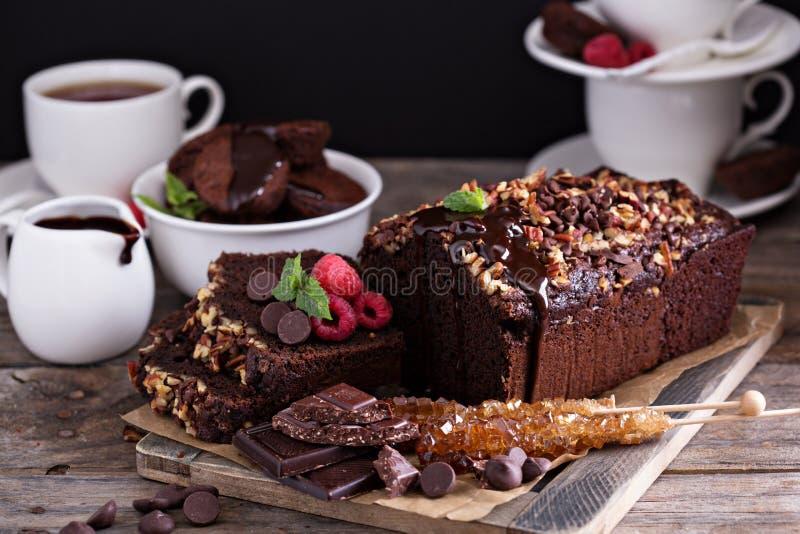 Torta del pan del chocolate con las nueces imagenes de archivo