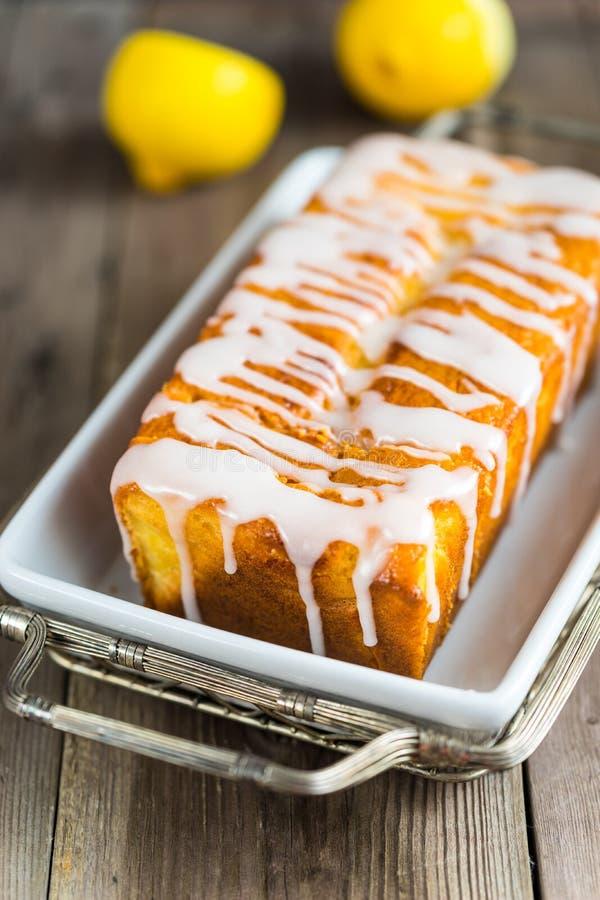 Torta del pan del yogur del limón, cortada en la placa imagen de archivo libre de regalías