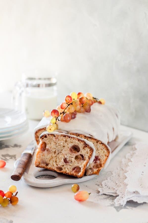 Torta del pan del yogur con las uvas imágenes de archivo libres de regalías