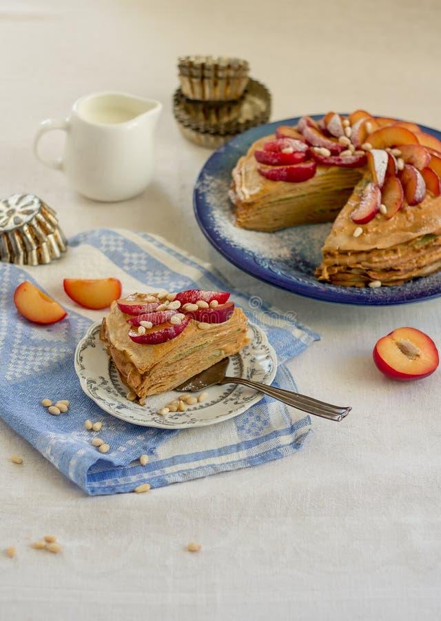 Torta del pancake con la crema e la frutta del caramello immagini stock