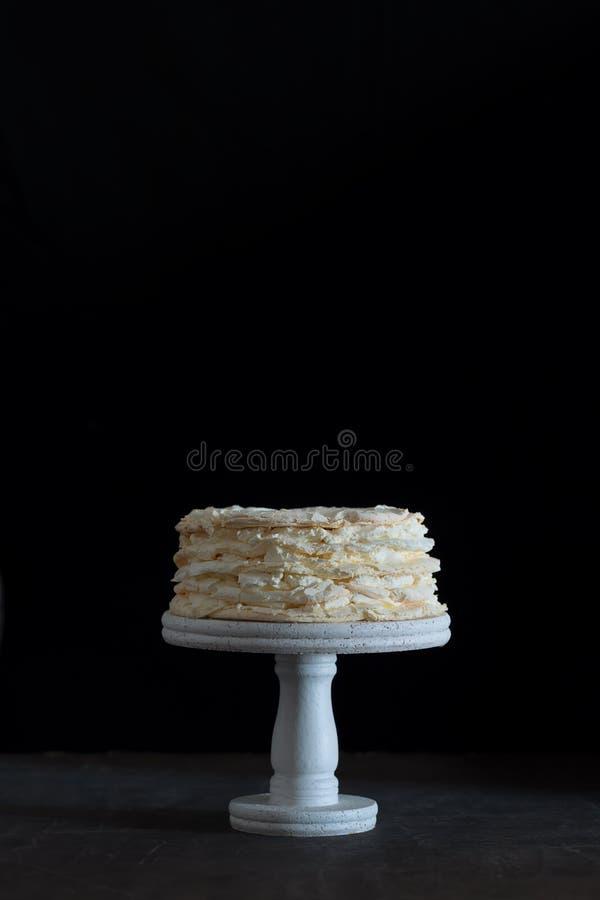 Torta del pavlova de la fresa en un fondo negro imagenes de archivo