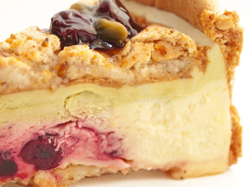 Torta del pistacho del yogur con macro de la cereza imagen de archivo libre de regalías