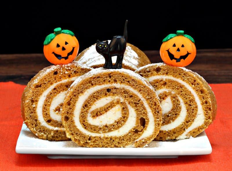 Torta del rollo de la calabaza adornada para Halloween fotografía de archivo libre de regalías