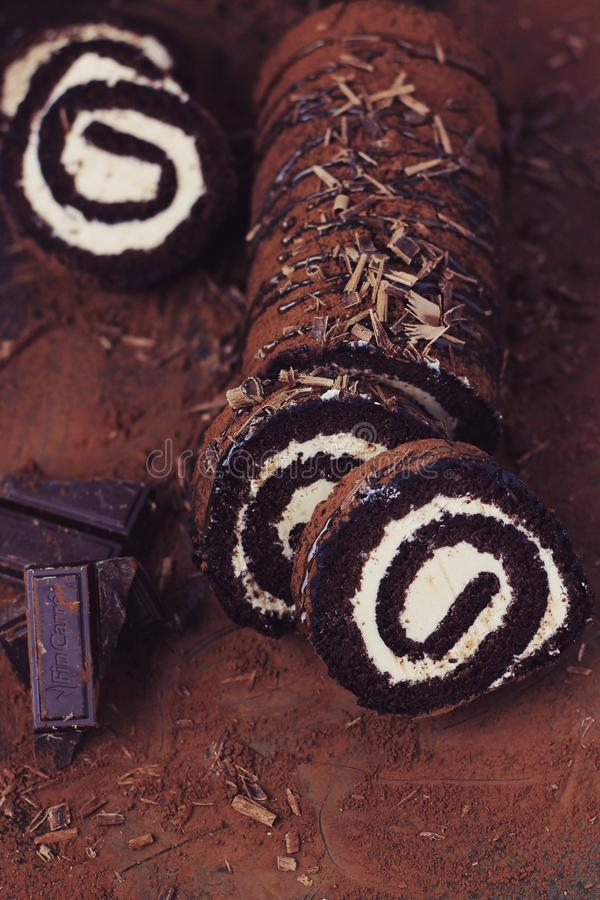 Torta del rollo del chocolate y del caramelo foto de archivo