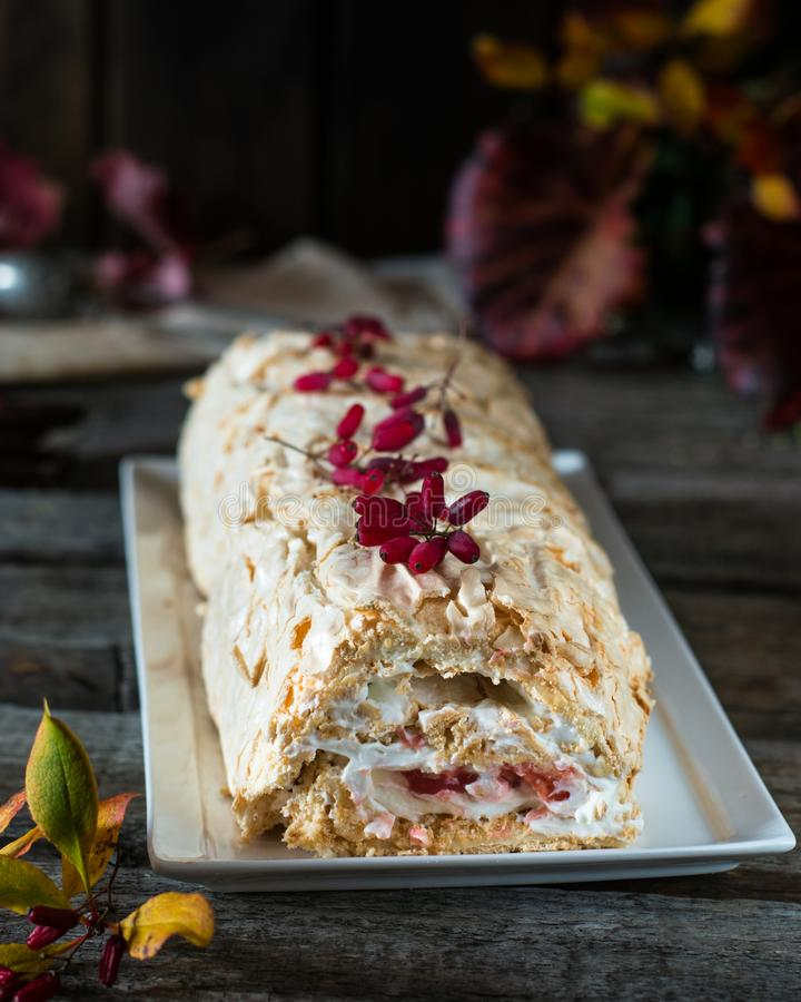 Torta del rollo del merengue todavía vida de la comida Postre de Anna Pavlova Torta vegetariana Berry Curd Postre bajo en grasa P foto de archivo libre de regalías