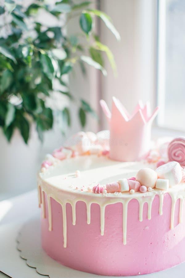 Torta del rosa del feliz cumpleaños para una muchacha fotografía de archivo libre de regalías