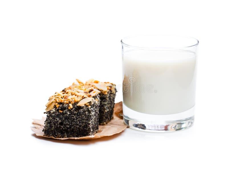 Torta del seme di papavero di recente al forno con latte fresco isolato su bianco fotografia stock