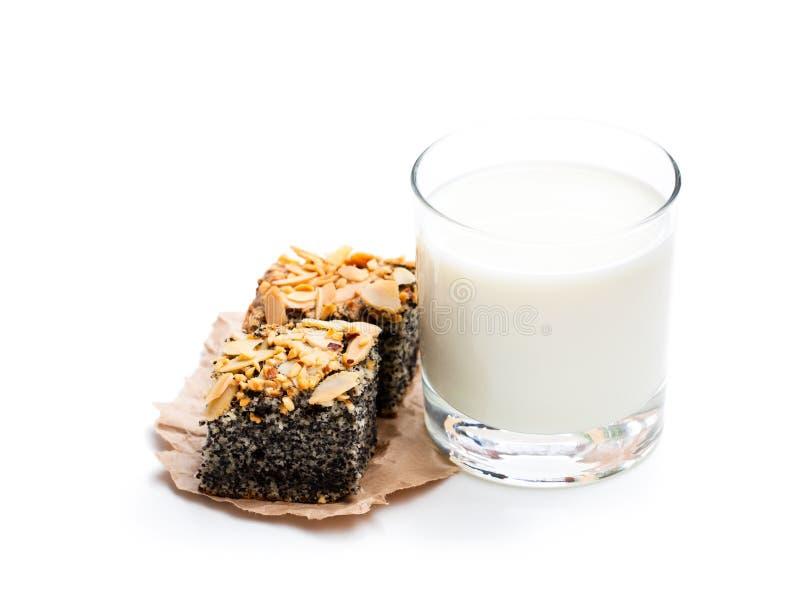 Torta del seme di papavero di recente al forno con latte fresco isolato su bianco immagini stock libere da diritti