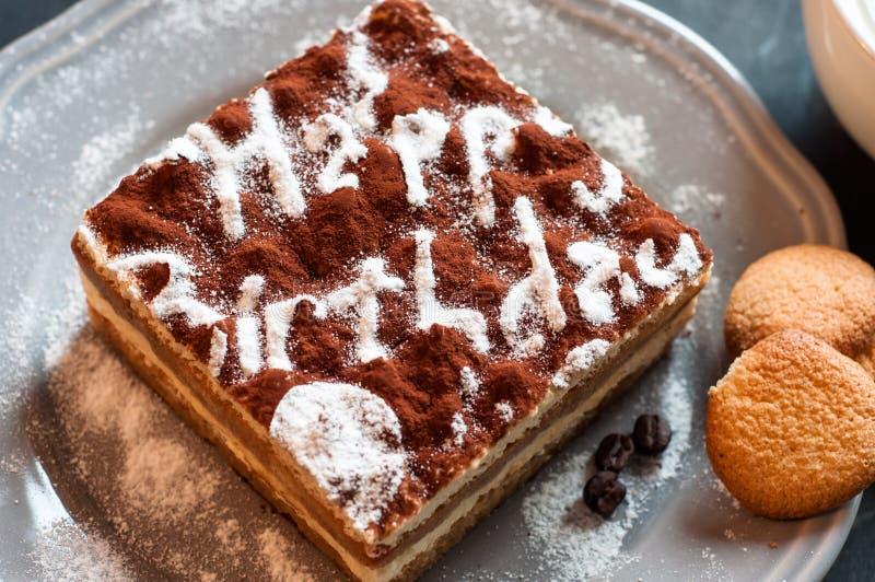 Torta del Tiramisu adornada con el feliz cumpleaños de las palabras imagen de archivo libre de regalías