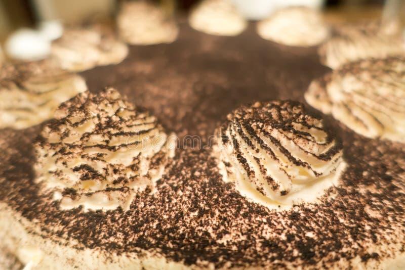 Torta del tiramisu del café del chocolate en la tabla de cena para un cumpleaños imagen de archivo libre de regalías