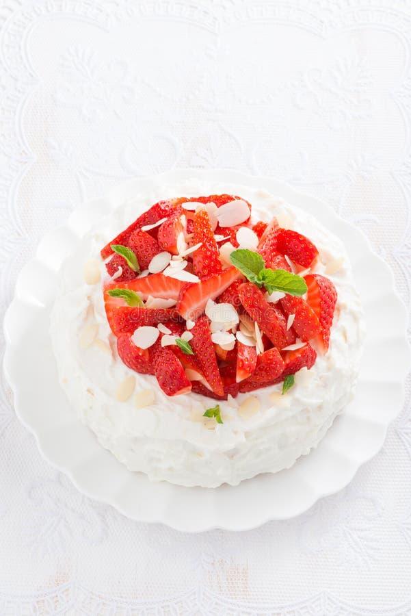 Torta deliciosa con crema azotada y fresas, verticales imágenes de archivo libres de regalías