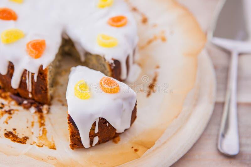 Download Torta Deliciosa De La Llovizna Del Limón Con Las Semillas De Amapola Y La Formación De Hielo Blanca Foto de archivo - Imagen de amapola, nadie: 41900036