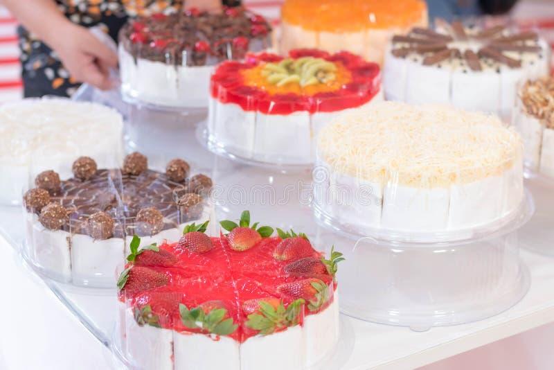 Torta deliciosa del primer con la fruta y el chocolate coloridos con el wh imagen de archivo libre de regalías