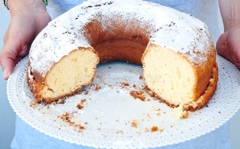 Torta deliciosa y fresca en la forma de un buñuelo imágenes de archivo libres de regalías