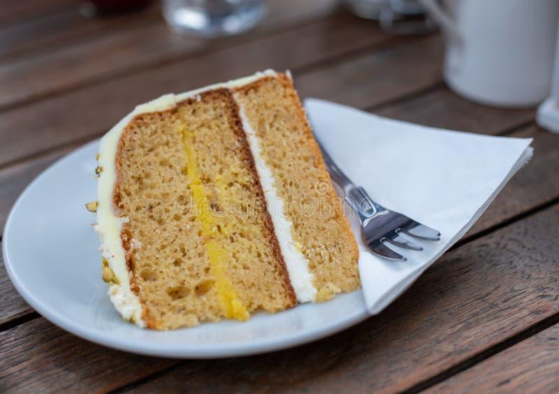 Torta deliciosa y sabrosa del caramelo en una placa foto de archivo libre de regalías