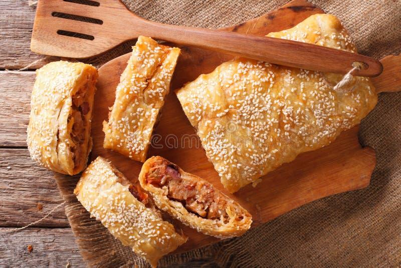 Torta deliziosa del soffio farcita con cavolo ed il primo piano delle salsiccie Uff immagine stock
