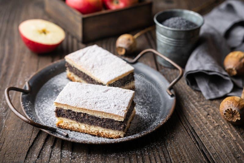 Torta deliziosa fatta di pasta sfoglia con semi di papavero e di farina di mele cotte con zucchero in polvere fotografie stock libere da diritti