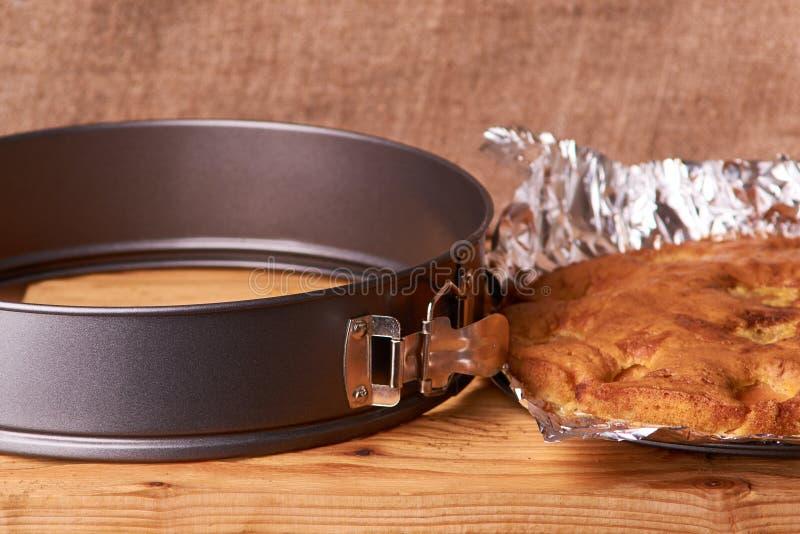 torta dell'albicocca al forno in stagnola con la cannella, il abricot, le uova, la farina, il latte e lo zucchero degli ingredien immagini stock