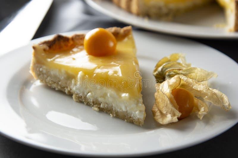 Torta della cagliata di limone Pezzo, fetta di torta deliziosa casalinga, crostata riempita di cagliata di limone Dessert dolce T immagini stock