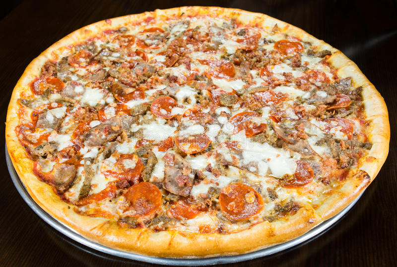 Torta della pizza del bacon delle merguez della salsiccia intera sul vassoio del metallo immagine stock libera da diritti
