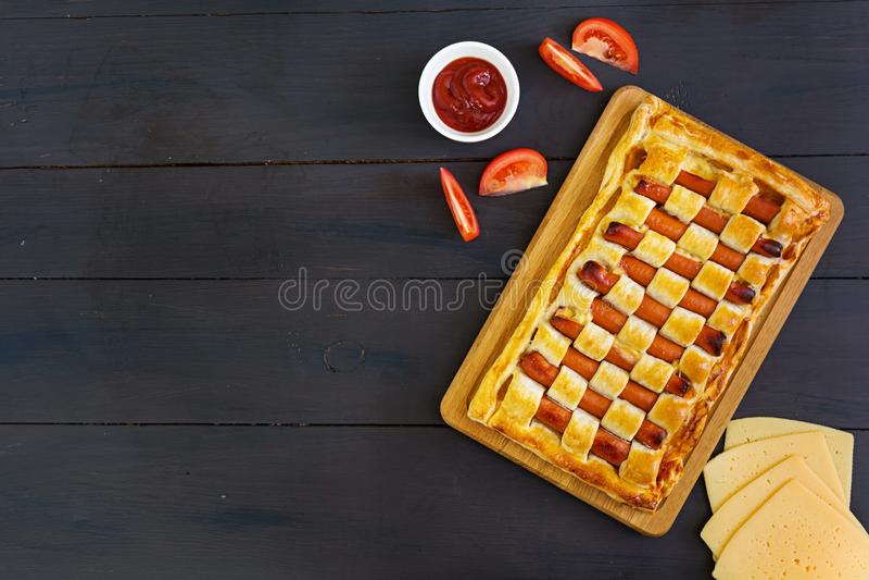 Torta della salsiccia in pasta sfoglia su fondo scuro fotografia stock libera da diritti