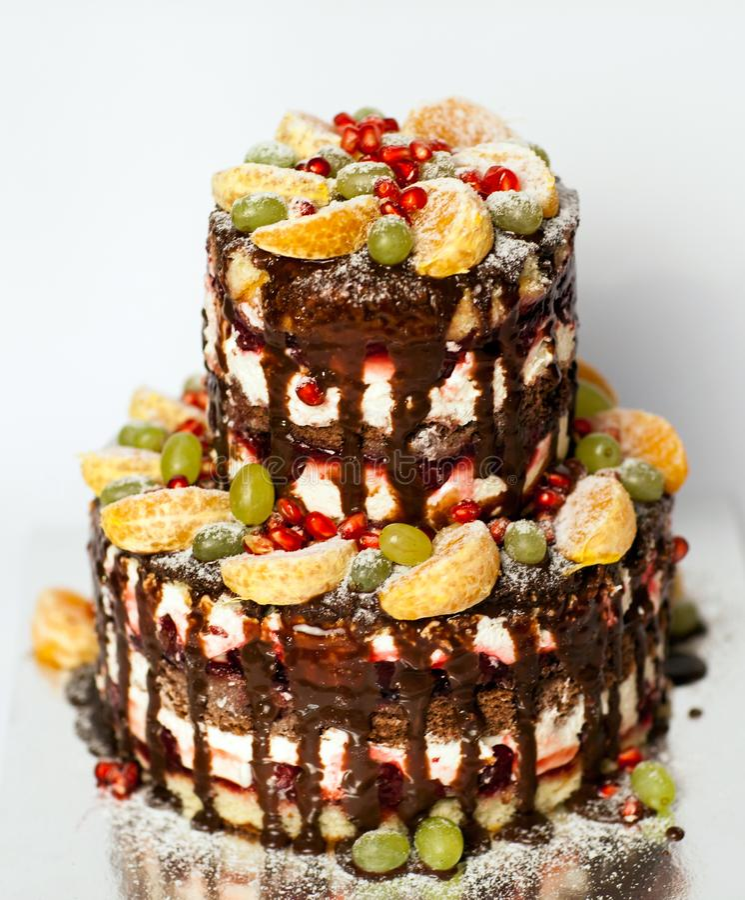 Torta desnuda con la fruta pastel de bodas de dos pisos con las vides, la mandarina y la granada desnudas imagen de archivo