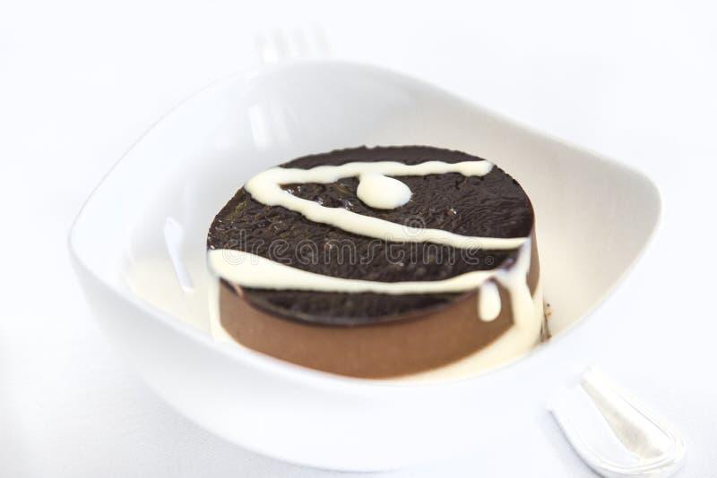 Torta determinada del aperitivo de la comida de aviones en una bandeja, en una tabla blanca imagen de archivo