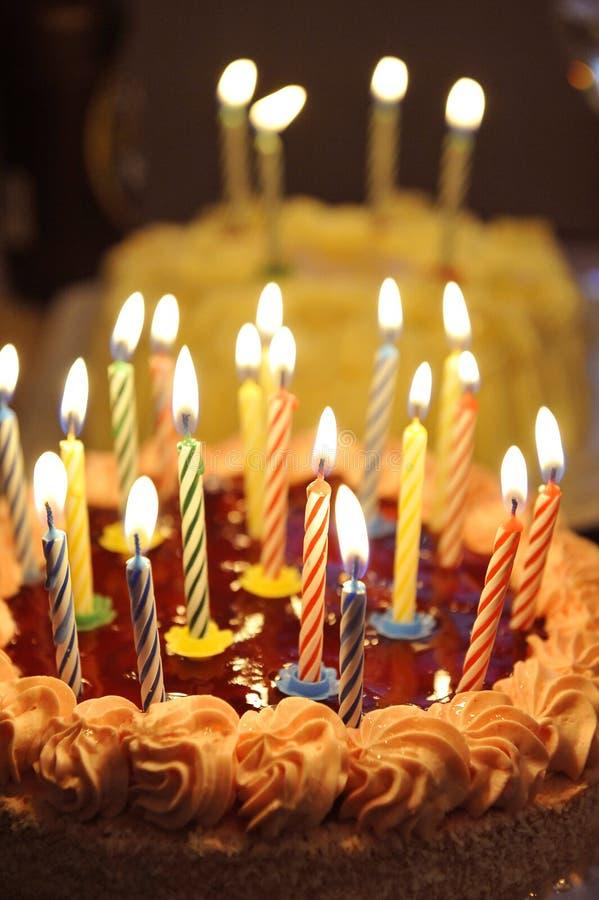 spesso Torta Di Buon Compleanno Con Poco Cono Fotografia Stock - Immagine  QT99