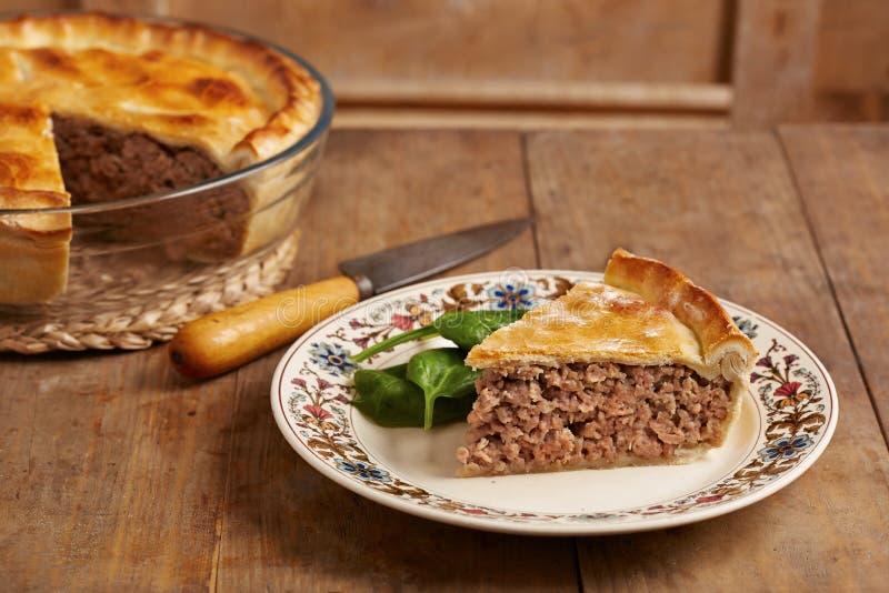 Torta di carne tradizionale su un piatto immagine stock