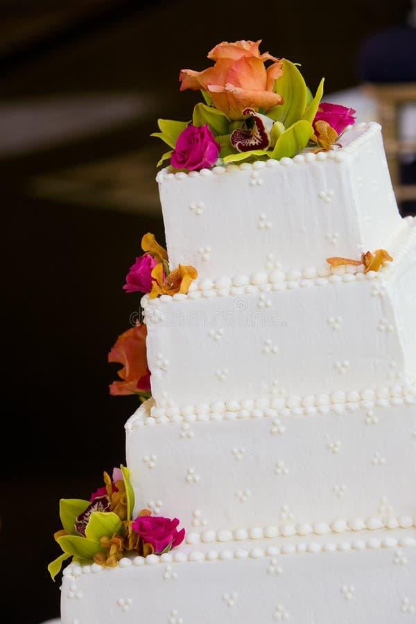 Torta di cerimonia nuziale con i fiori fotografia stock libera da diritti