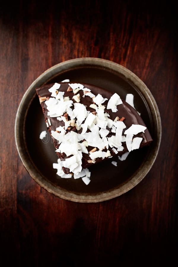 Torta di cioccolato con la noce di cocco fotografie stock