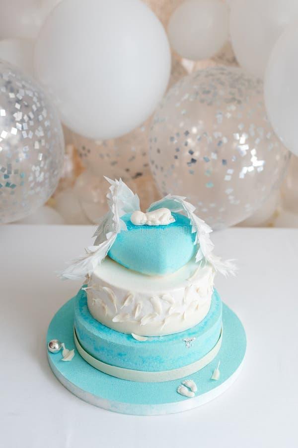 Torta di compleanno blu per il bambino Prime decorazioni di compleanno del bambino con il dolce ed i palloni fotografie stock