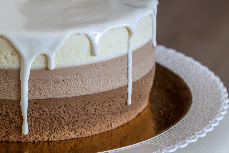 Torta di compleanno casalinga deliziosa del marmo del cioccolato decorata con immagini stock