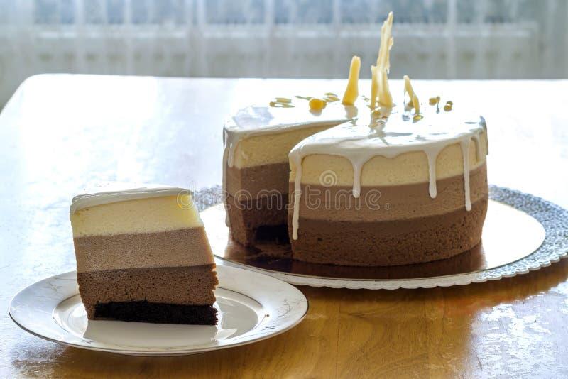 Torta di compleanno casalinga deliziosa del marmo del cioccolato decorata con fotografia stock libera da diritti