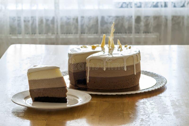 Torta di compleanno casalinga deliziosa del marmo del cioccolato decorata con immagini stock libere da diritti