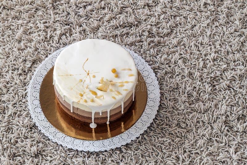 Torta di compleanno casalinga deliziosa del marmo del cioccolato decorata con fotografia stock