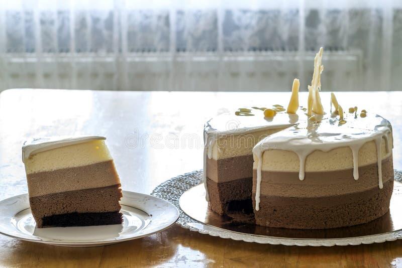 Torta di compleanno casalinga deliziosa del marmo del cioccolato decorata con fotografie stock libere da diritti