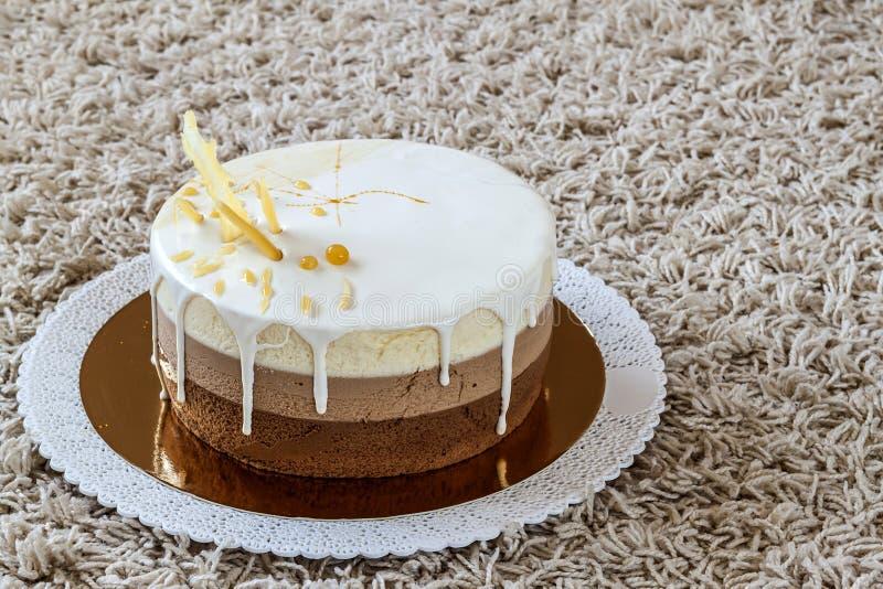 Torta di compleanno casalinga deliziosa del marmo del cioccolato decorata con fotografie stock