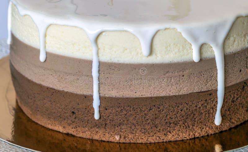 Torta di compleanno casalinga deliziosa del marmo del cioccolato decorata con immagine stock libera da diritti