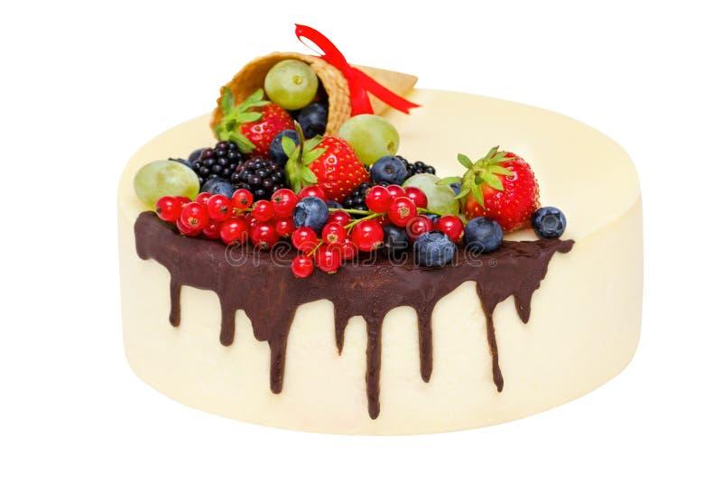 Torta di compleanno con cioccolato e frutti isolati sopra il fuoco bianco e selettivo immagine stock