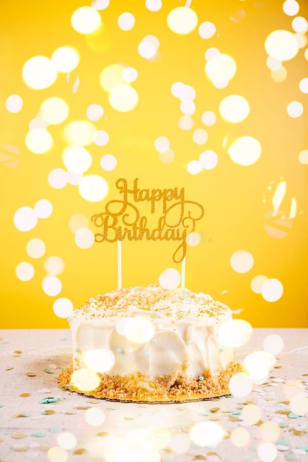 Torta di compleanno con il cappello a cilindro dorato Concetto di celebrazione della festa di compleanno immagine stock