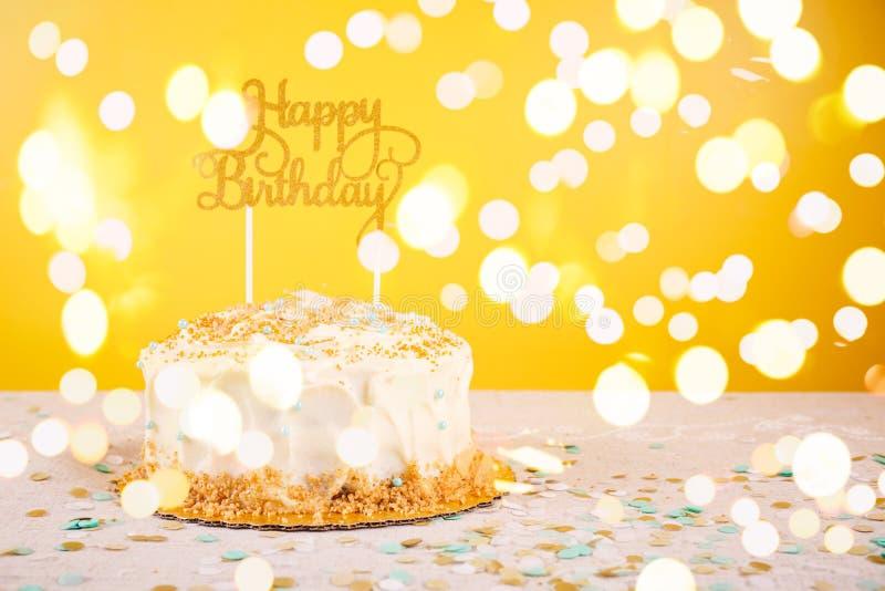 Torta di compleanno con il cappello a cilindro dorato Concetto di celebrazione della festa di compleanno fotografie stock libere da diritti